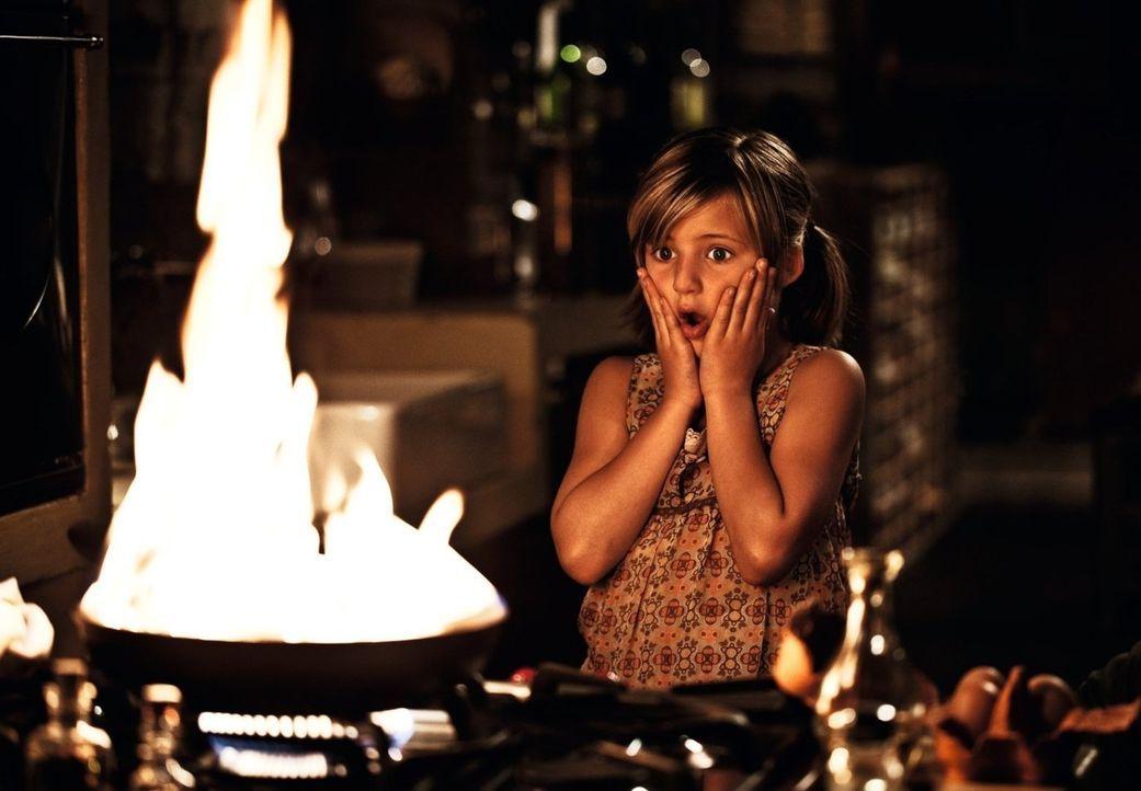 Selbst ist das Mädchen! Wenn Henry sie alleine lässt, dann muss sich Magdalena (Emma Schweiger) das Abendessen eben selber organisieren ... - Bildquelle: 2012 Warner Brothers