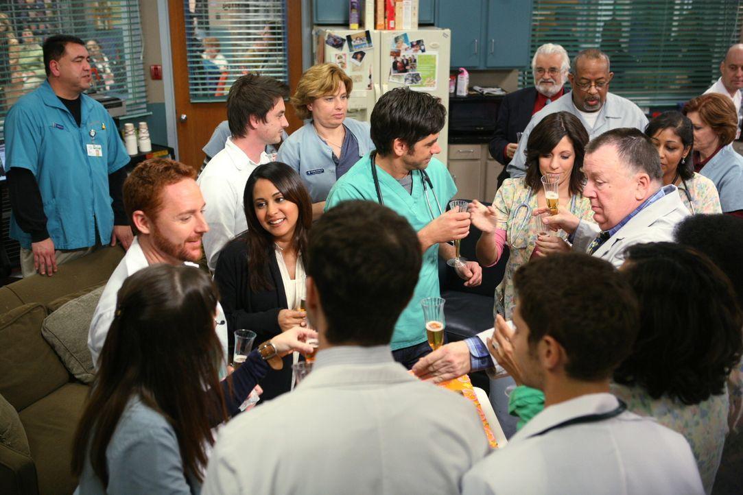 """Schwerer Abschied im """"County General Hospital"""": Chirurgin Neela Rasgotra (Parminder Nagra, M.) verlässt das Team ... - Bildquelle: Warner Bros. Television"""