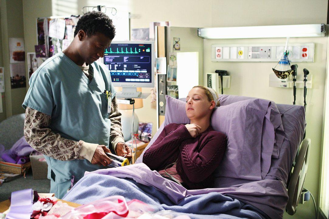 Ein Pfleger (Moe Irvin, l.) kümmert sich um Izzie (Katherine Heigl, r.), die gerade mitten in einer Chemotherapie steckt ... - Bildquelle: Touchstone Television
