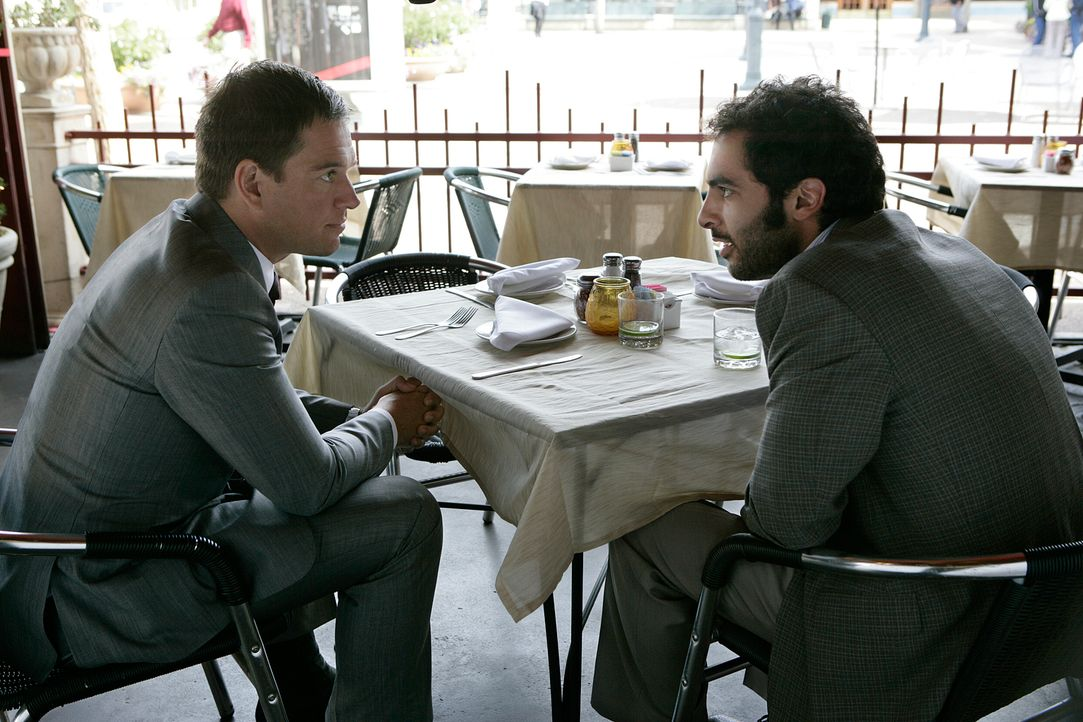 Da Rivkin (Merik Tadros, r.) in der Stadt ist, hat Tony (Michael Weahterly, l.) den Verdacht, dass er ebenfalls mit dem aktuellen Fall beschäftigt i... - Bildquelle: CBS Television