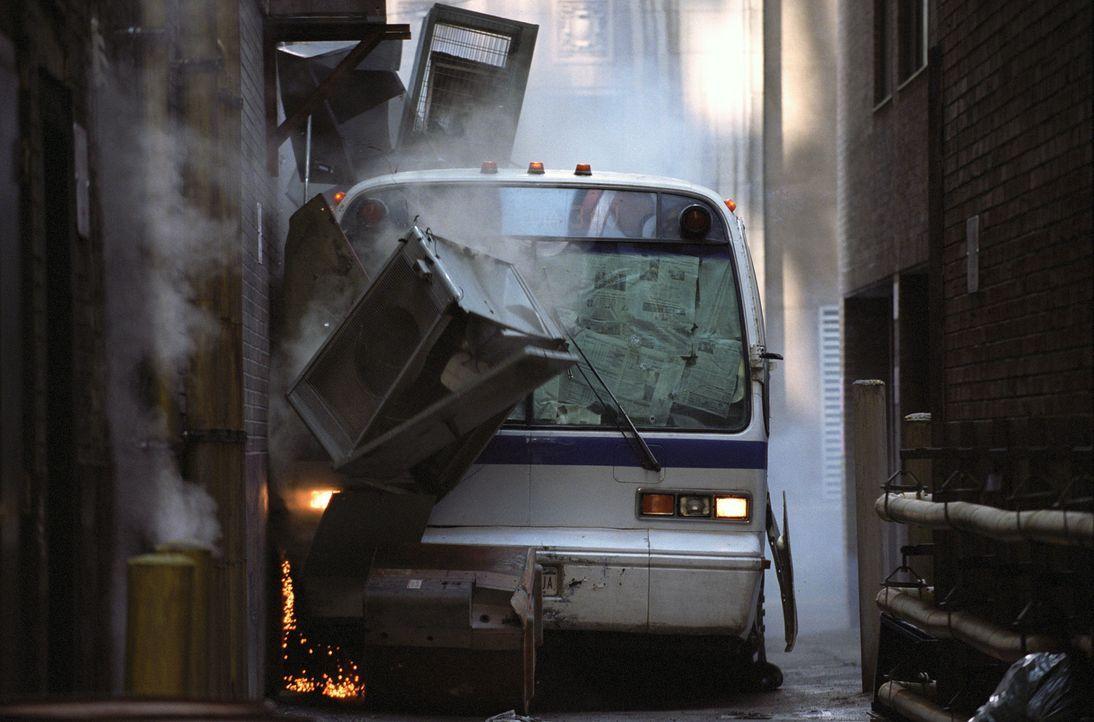 Polizist Jack Mosley sieht sich gezwungen, einen Bus zu kidnappen, um den Gefangen Eddie Bunker noch rechtzeitig zu seiner Aussage ins Gericht bring... - Bildquelle: Nu Image