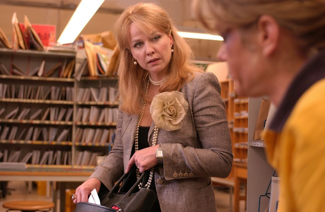 Joes Mutter (Claudia Messner, l.) bietet Rosemarie (Marie Bäumer, r.) Geld, damit diese sich nicht mehr mit ihrem Sohn trifft. - Bildquelle: Rainer Bajo Sat.1
