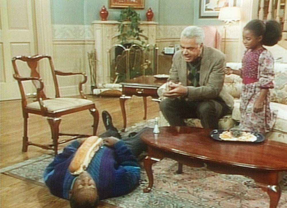 Russell (Earle Hyman, M.) und Rudy (Keshia Knight Pulliam, r.) überprüfen, ob Cliff (Bill Cosby, l.) seine Rolle auch gut beherrscht. Er soll sich... - Bildquelle: Viacom