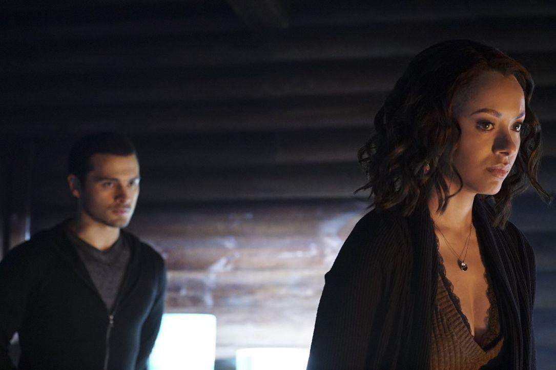 Schließlich müssen sich Enzo (Michael Malarkey, l.) und Bonnie (Kat Graham, r.) tatsächlich mit Damon zusammentun, welcher mit allen Mitteln Bonnies... - Bildquelle: Warner Bros. Entertainment, Inc.