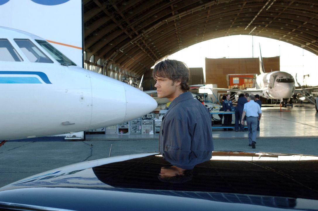 Ein Mann, der vom Geist eines Phantom Reisenden besessen ist, bringt ein Flugzeug zum Absturz. Sam (Jared Padalecki) und Dean müssen den Geist find... - Bildquelle: Warner Bros. Television
