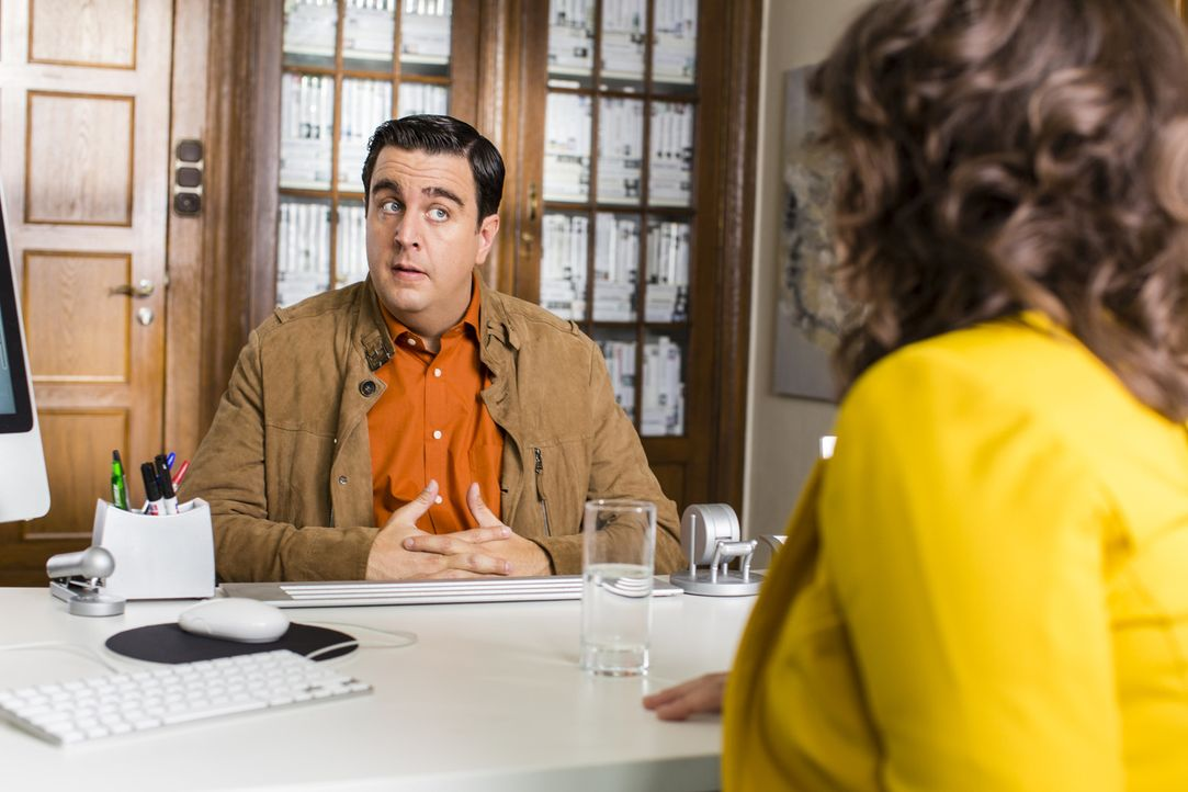 Will sie ihn einfach nicht verstehen? Bastian (Bastian Pastewka, l.) hat Mühe, seiner Managerin Regine (Sabine Vitua, r.) klarzumachen, wie er in Zu... - Bildquelle: Frank Dicks SAT.1