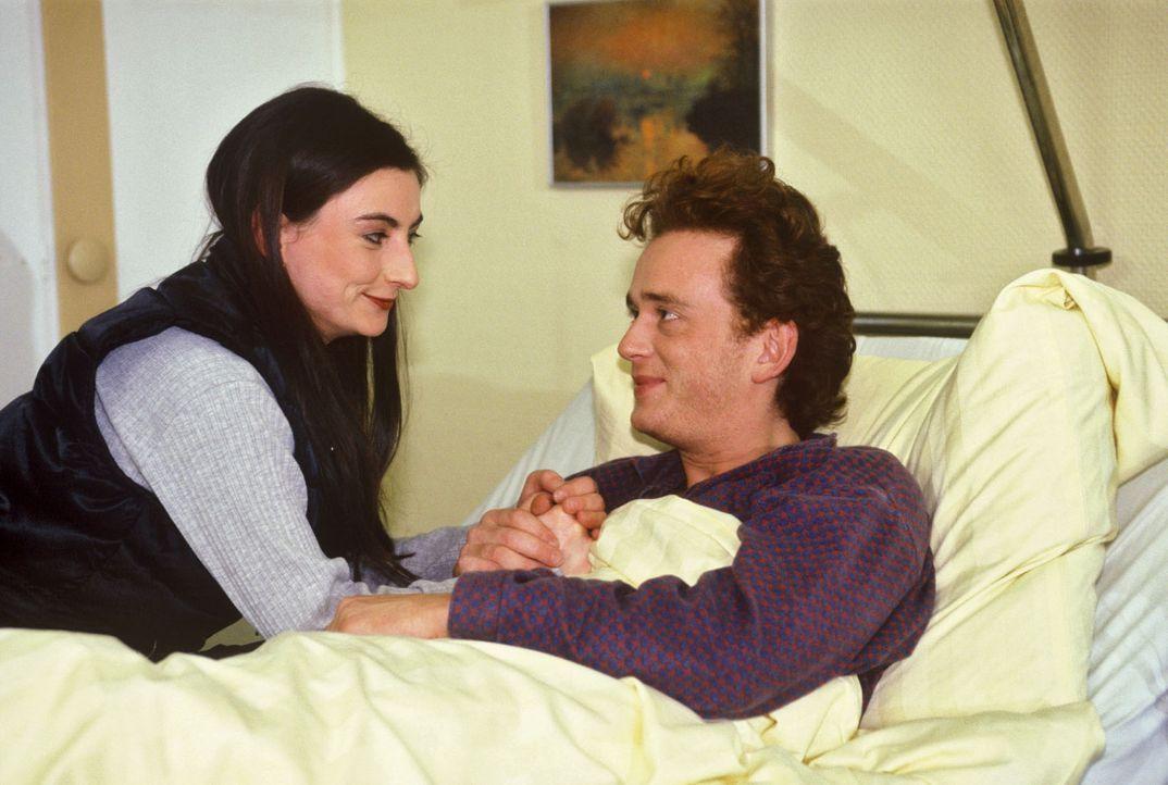 Selbst seiner Freundin Yvonne (Ilka Teichmüller, l.) gegenüber verhält sich Xaver Prollinger (Thomas Huber, r.) anfangs sehr merkwürdig ... - Bildquelle: Noreen Flynn Sat.1
