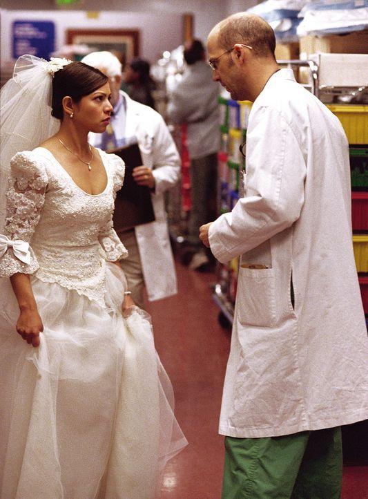 Auf der Notaufnahme versucht Dr. Greene (Anthony Edwards, r.), einem Vater zu helfen, der durch einen Herzklappenfehler nicht an der Hochzeit seiner... - Bildquelle: TM+  WARNER BROS.