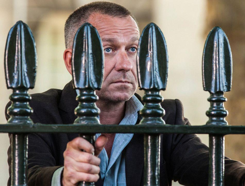Sherlock Holmes wird nach London gerufen, um beim Auffinden von Lestrade (Sean Pertwee) zu helfen, des Polizeibeamten, mit dem Holmes in London zusa... - Bildquelle: CBS Television