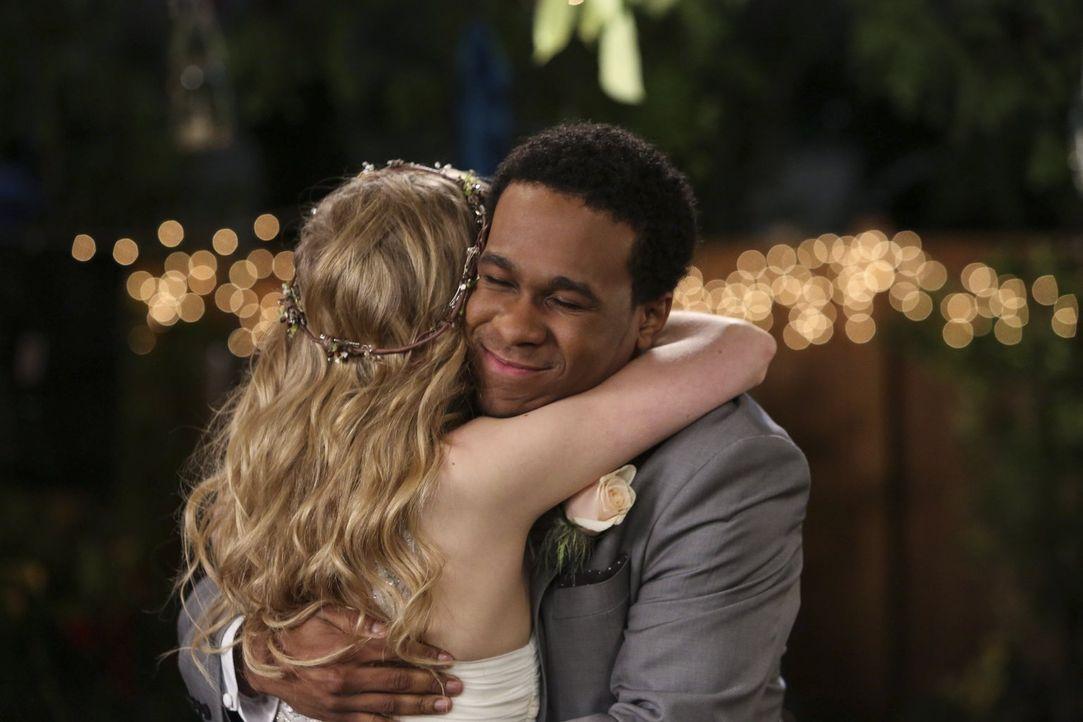 Sind glücklich miteinander: Lisa (Allie Grant, l.) und Malik (Maestro Harrell, r.) ... - Bildquelle: Warner Brothers