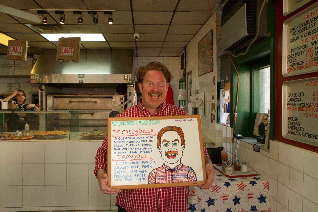 """Casey macht auf seiner kulinarischen Reise Halt im """"Vinnie's Pizza"""" in Greenpoint, Brooklyn, wo ihn eine etwas andere Pizza erwartet ... - Bildquelle: 2017,The Travel Channel, L.L.C. All Rights Reserved."""