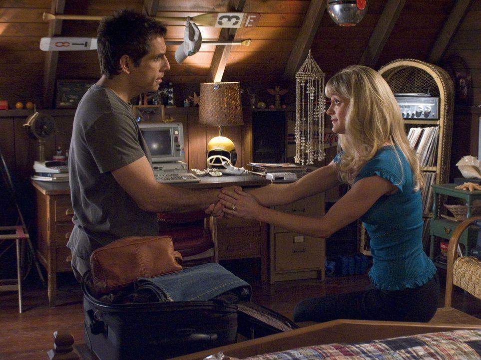 Pam (Teri Polo, r.) ist sich sicher, dass sie schwanger ist, doch sie will es nur Greg (Ben Stiller, l.) sagen, denn ihr Vater glaubt, dass sie noch... - Bildquelle: DreamWorks SKG