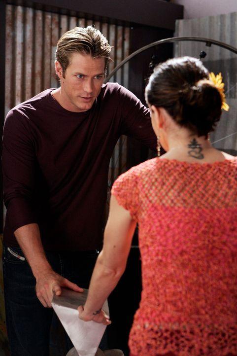 Während Piper verhaftet wird, freundet sich Pheobe (Alyssa Milano, r.) mit Dex (Jason Lewis, l.) an ... - Bildquelle: Paramount Pictures