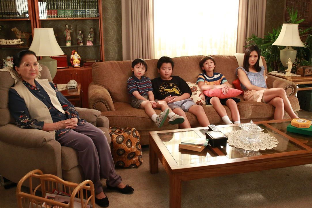 Eine ganz besondere Familie: Louis, Jessica (Constance Wu, r.), Eddie (Hudson Yang, M.), Emery (Forrest Wheeler, 2.v.r.), Evan Huang (Ian Chen, 2.v.... - Bildquelle: 2015 American Broadcasting Companies. All rights reserved.