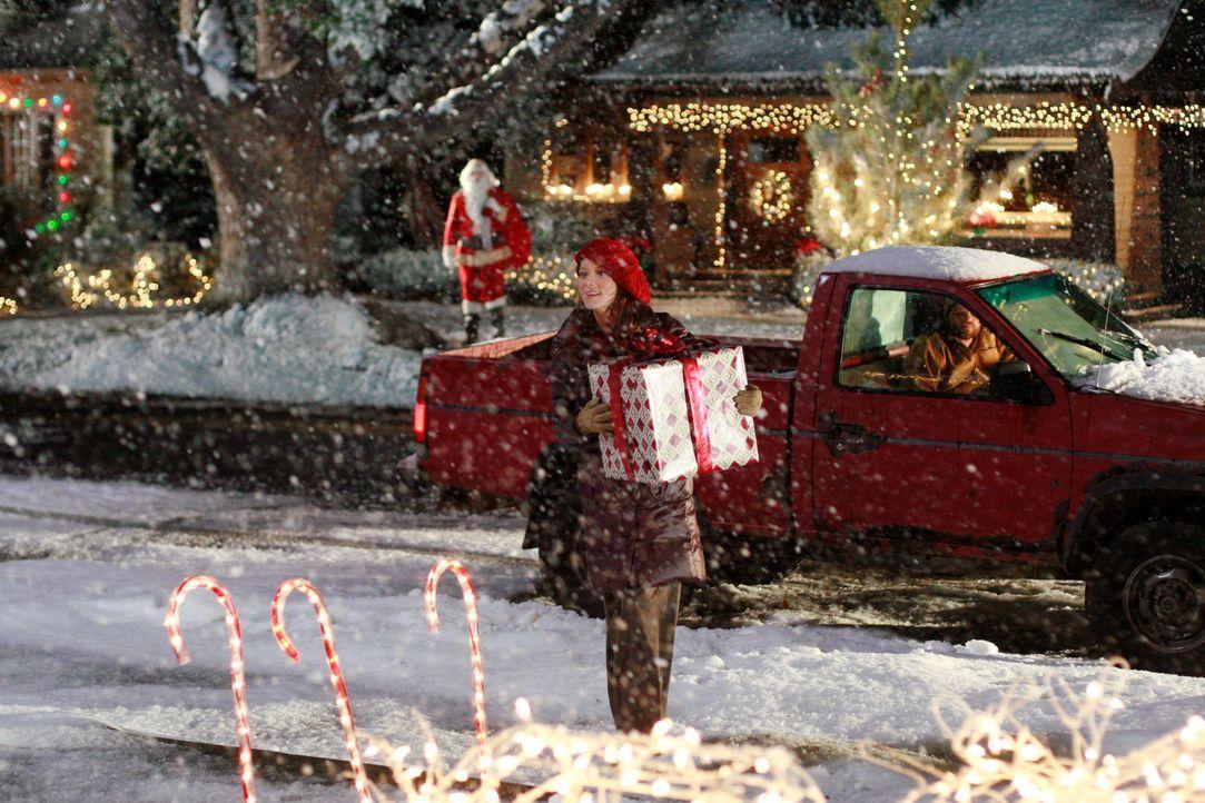 Owen (Brad William Henke, l.) traut seinen Augen nicht: Was macht Alison (Elizabeth Bogush, 2.v.l.) in Ikeys (Evan Jones, r.) Wagen? - Bildquelle: ABC Studios