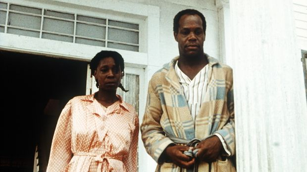 Celie (Whoopi Goldberg, l.) nennt ihren brutalen Mann Albert (Danny Glover, r...