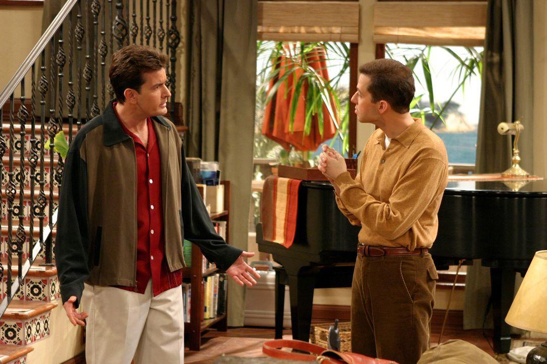 Zwischen Charlie (Charlie Sheen, l.) und Alan (Jon Cryer, r.) bahnt sich ein ausgereifter Konkurrenzkampf an ... - Bildquelle: Warner Brothers Entertainment Inc.