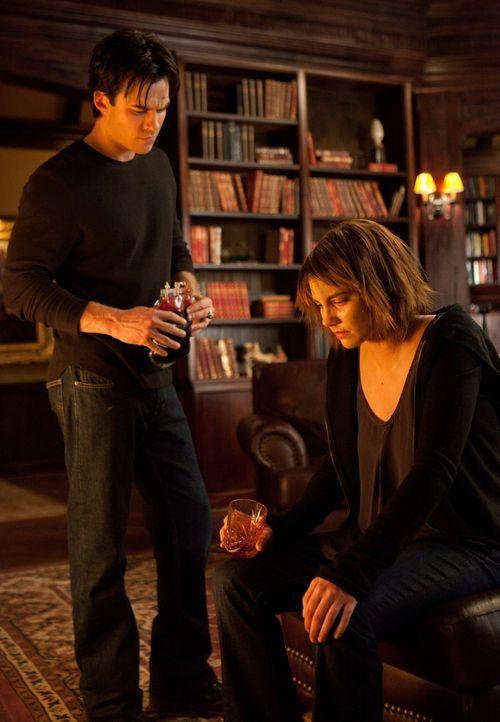 Damon (Ian Somerhalder, l.) sorgt sich um seine, durch einen infizierten Werwolfbiss verwundete, Freundin Rose (Lauren Cohan, r.). Wird sie den lebe... - Bildquelle: Warner Brothers