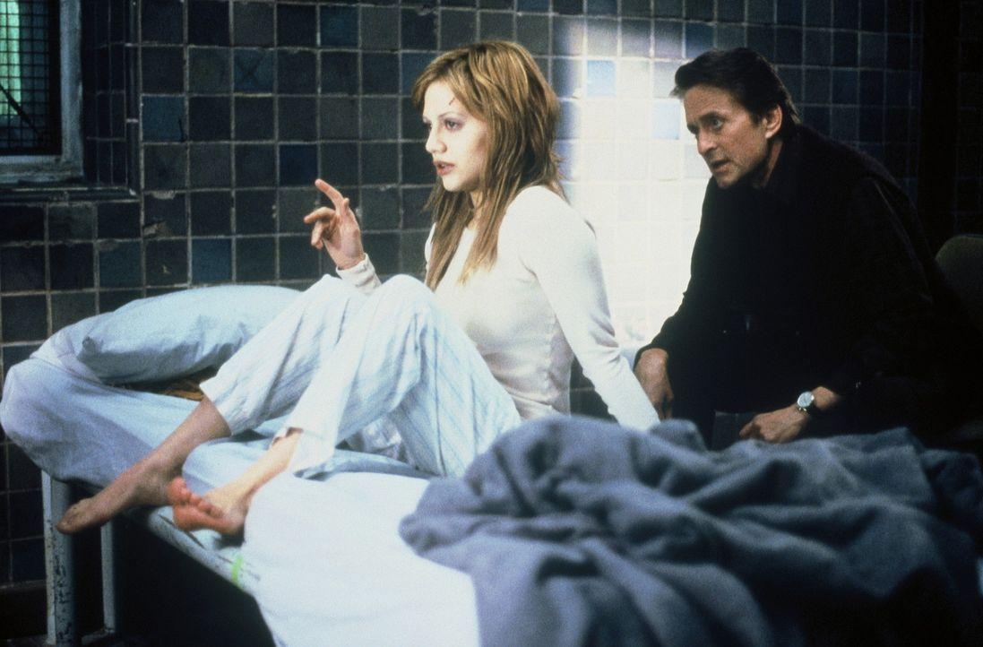 Elisabeth (Brittany Murphy, l.) soll dem Jugend-Psychiater Dr. Nathan Conrad (Michael Douglas, r.) eine bestimmte Nummernkombination verraten ... - Bildquelle: 20th Century Fox Film Corporation