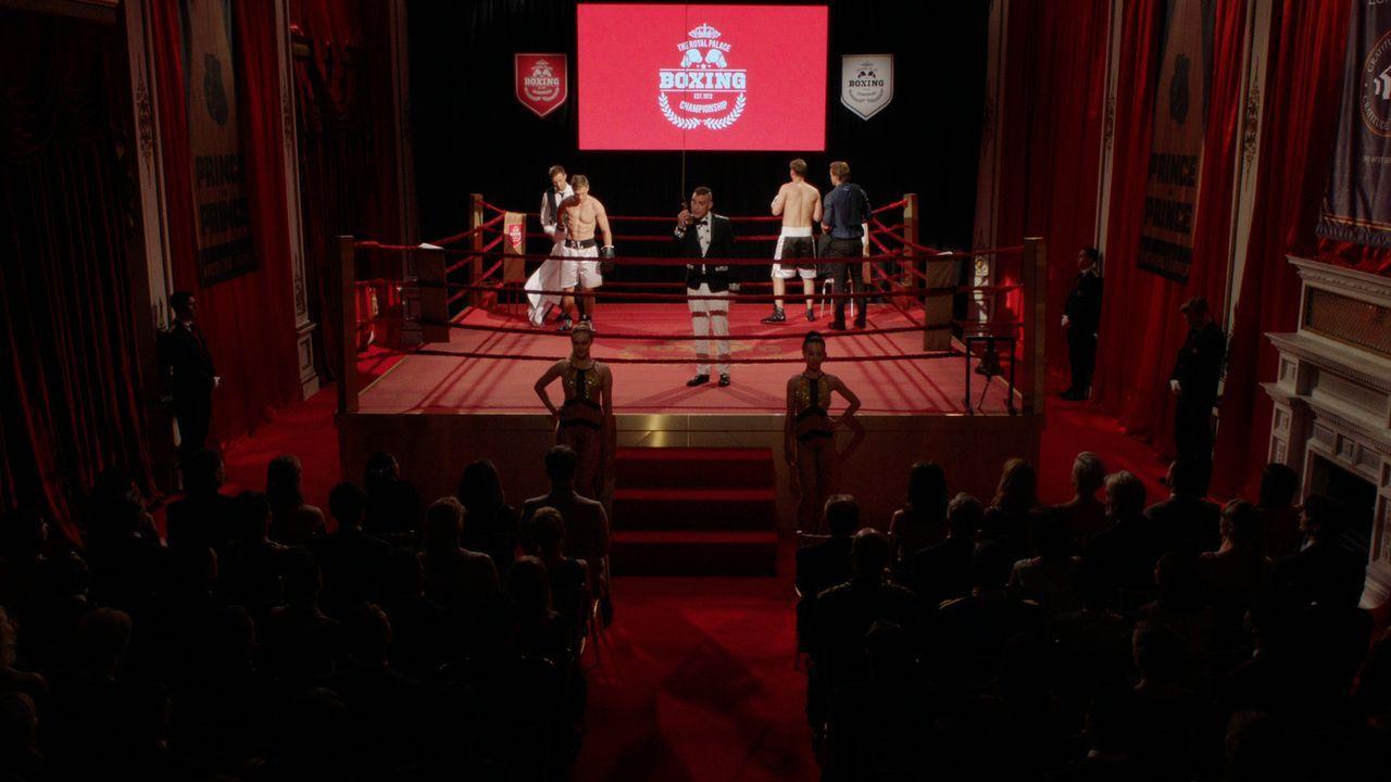 Die Peoples-Gala steht bevor: Liam (William Moseley, 2.v.l.) und Robert (Max Brown, 2.v.r.) stehen sich im Wohltätigkeits-Boxkampf gegenüber, währen... - Bildquelle: 2016 E! Entertainment Television, LLC