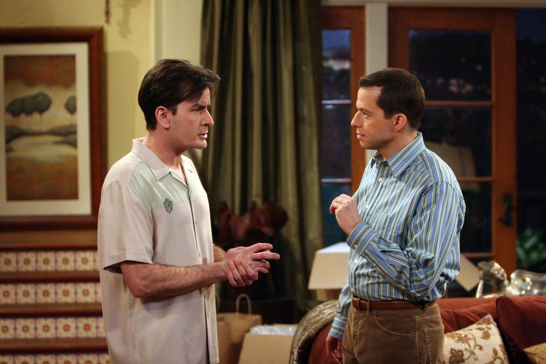 Charlie (Charlie Sheen, l.) st mit einem Mal sehr von Danielle angetan, macht sie betrunken und teilt seinem Bruder Alan (Jon Cryer, r.) mit, er wol... - Bildquelle: Warner Brothers Entertainment Inc.