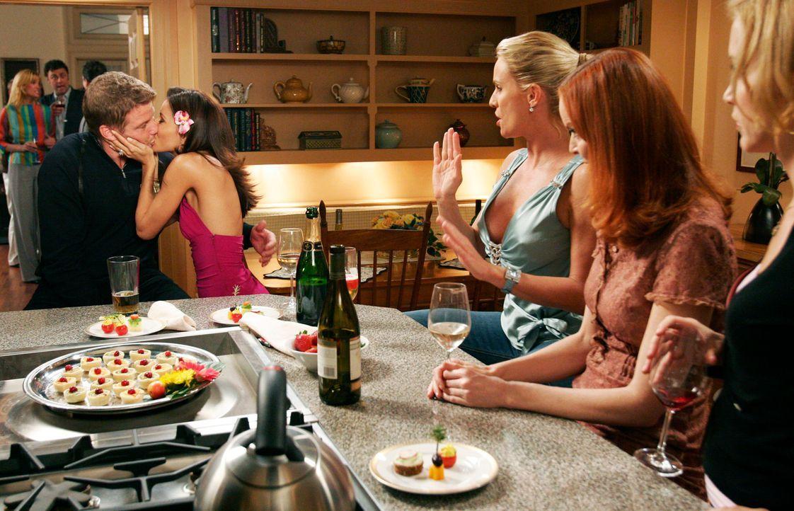 Edie (Nicollette Sheridan, M.), Bree (Marica Cross, 2.v.r.) und Lynette (Felicity Huffman, r.) sind entsetzt, als sie sehen, wie Gabrielle (Eva Long... - Bildquelle: 2005 Touchstone Television  All Rights Reserved