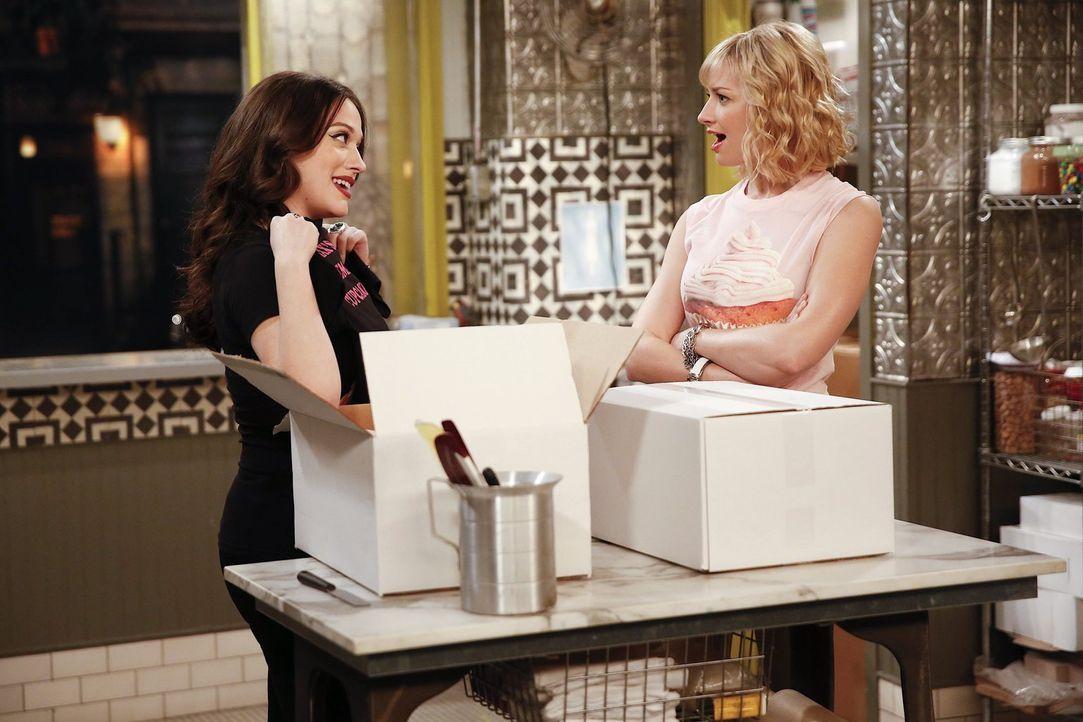 Noch ahnen Caroline (Beth Behrs, r.) und Max (Kat Dennings, l.) nicht, dass sie plötzlich ganz viel Aufmerksamkeit für ihren Laden bekommen - dank e... - Bildquelle: Warner Bros. Television