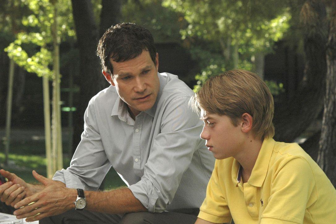 Sean (Dylan Walsh, l.) spricht mit Austin (Richie Tanner, r.), denn dieser hat Angst vor der Operation. Sean versucht ihm die Notwendigkeit der Oper... - Bildquelle: TM and   2005 Warner Bros. Entertainment Inc. All Rights Reserved.