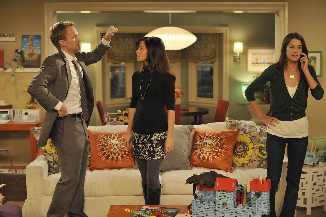 Während Robin (Cobie Smulders, r.) versucht ihren Job zurück zubekommen, diskutieren Barney (Neil Patrick Harris, l.) und Lily (Alyson Hannigan, M... - Bildquelle: 20th Century Fox International Television
