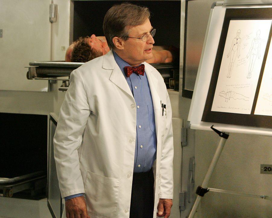 Auf der Suche nach der Todesursache: Ducky (David McCallum) ... - Bildquelle: CBS Television