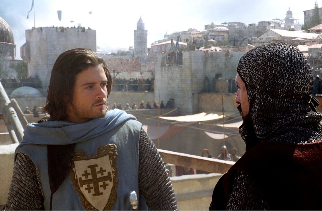 Der Angriff auf Jerusalem steht kurz bevor. Zusammen mit einem der Armeechefs (Martin Hancock, r.) bereitet sich Balian (Orlando Bloom, l.) vor ... - Bildquelle: David Appleby 2015 Fox and its related entities. All rights reserved.