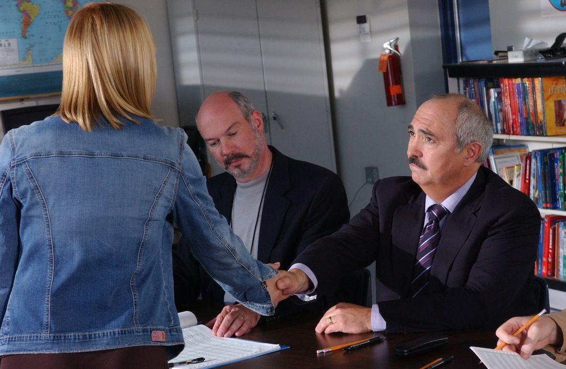 Allison (Patricia Arquette, l.) träumt, dass bei der Wahl des Bezirksstaatsanwaltes die Leute, die für Devalos (Miguel Sandoval, r.) stimmen, in der... - Bildquelle: Paramount Network Television