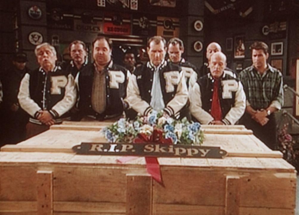 Mit allen dazugehörigen Ehren nehmen Al Bundy (Ed O'Neill, M.) und seine Freunde von einem verstorbenen Footballteammitglied Abschied. - Bildquelle: Columbia Pictures