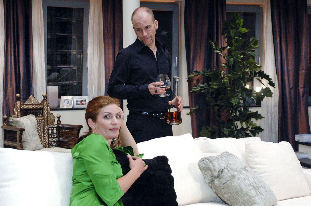 Natascha (Franziska Matthus, l.) verrät Gerrit (Lars Löllmann, r.) ihren Plan. - Bildquelle: Oliver Ziebe Sat.1