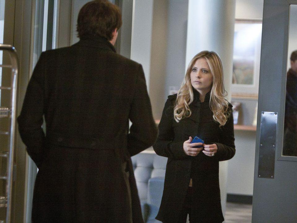 Siobhan (Sarah Michelle Gellar, r.) versichert Henry (Kristoffer Polaha, l.), dass sie sich nichts sehnlicher wünscht, als wieder mit ihm zusammen... - Bildquelle: 2011 THE CW NETWORK, LLC. ALL RIGHTS RESERVED