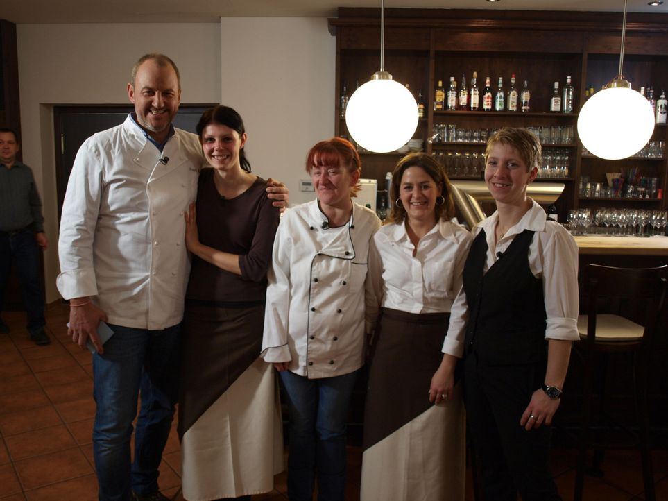 """Das Traditionsrestaurant """"Hirsch"""" in Oederan kämpft gegen die Pleite. Frank Rosin (l.) ist die letzte Rettung von Chefin Nicole Bibrach (r.) und ihr... - Bildquelle: kabel eins"""