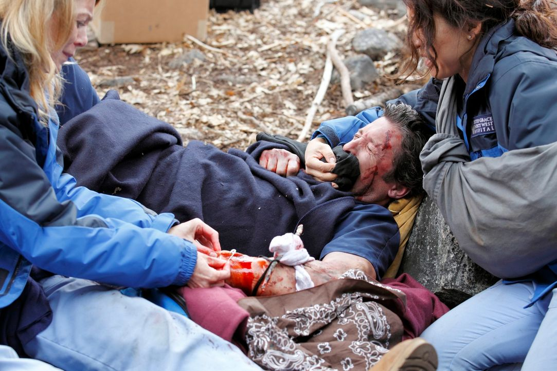 Während im Krankenhaus der normale Alltag herrscht, kämpfen Meredith (Ellen Pompeo, l.), Cristina (Sandra Oh, r.) und Derek (Patrick Dempsey, M.) um... - Bildquelle: Touchstone Television