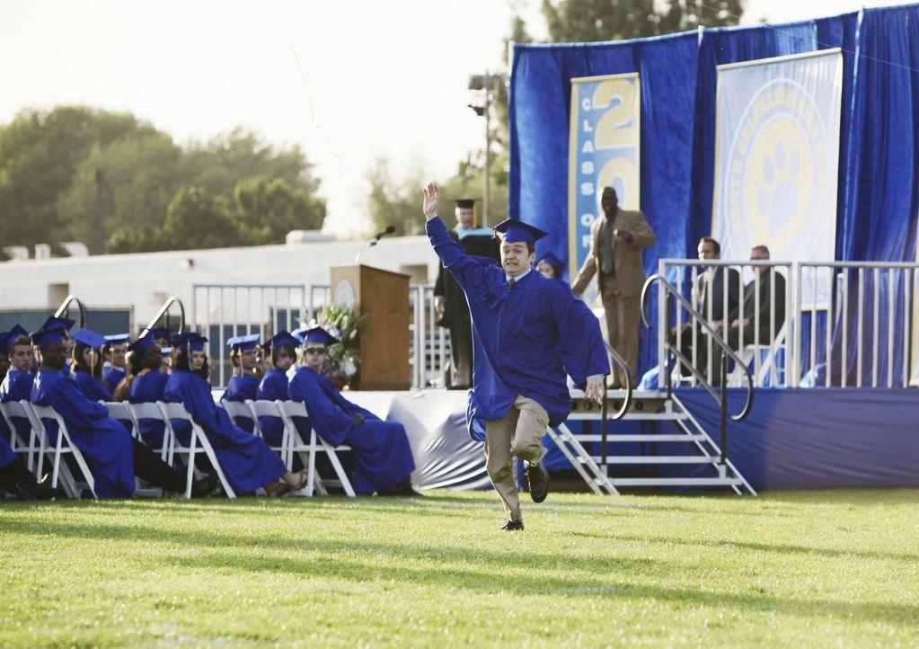 Freut sich über seinen Abschluss: Travis (Dan Byrd) ... - Bildquelle: 2009 ABC INC.