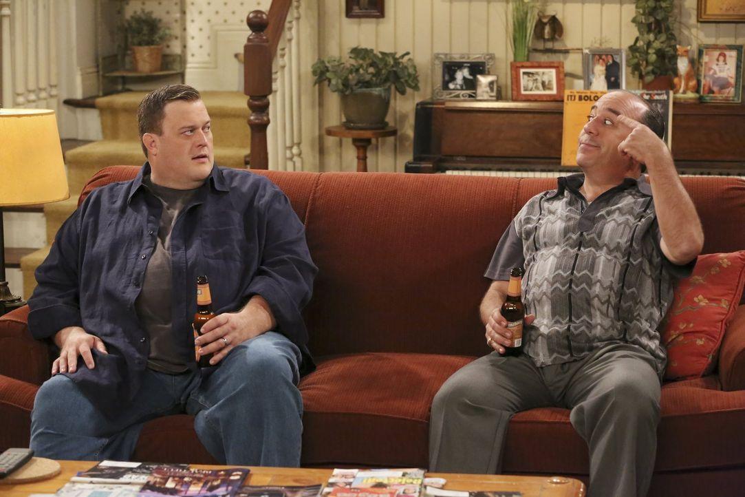 Während Molly plant, ihr Leben zu verändern, machen sich Mike (Billy Gardell, l.) und Vince (Louis Mustillo, r.) einen gemütlichen Abend ... - Bildquelle: Warner Brothers