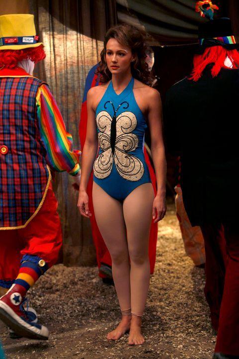 Rückblende: Die junge Akrobatin Mia Romanov (Sharni Vinson) bereitet sich auf ihren Auftritt vor ... - Bildquelle: Warner Bros. Television