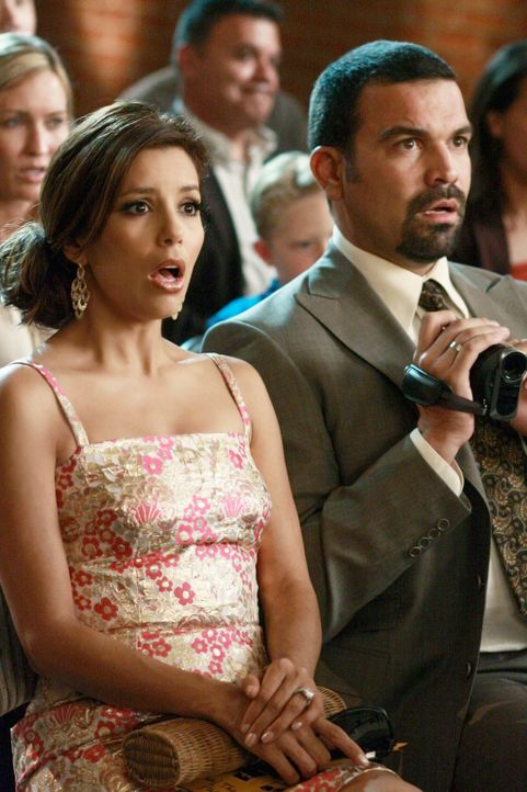 Die Schulaufführung von Juanita endet mit unerwarteten Folgen. Gabrielle (Eva Longoria, l.) und Carlos (Ricardo Antonio Chavira, r.) sind entsetzt .... - Bildquelle: ABC Studios