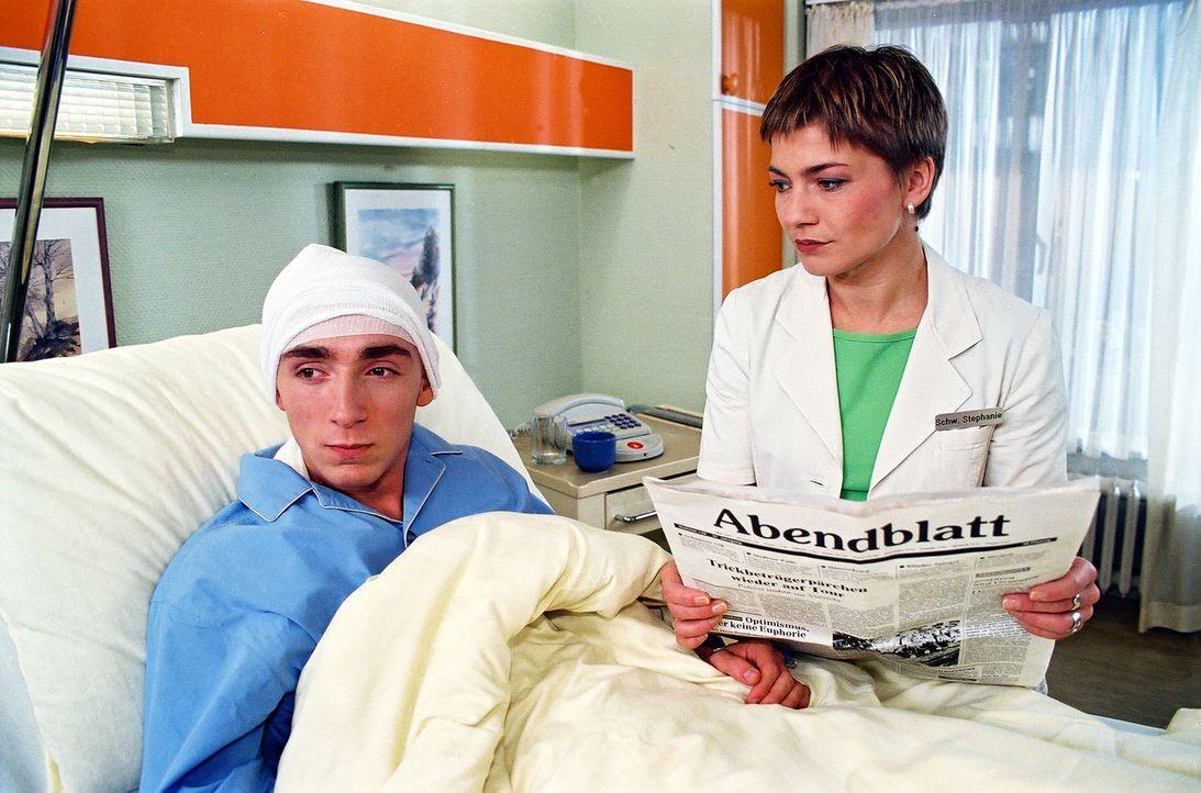 Jimmy Krause (Oskar Fabian Wien, l.) wird mit schweren Verletzungen eingewiesen, die er sich angeblich bei einem Treppensturz zugezogen hat. Stephan... - Bildquelle: Noreen Flynn Sat.1