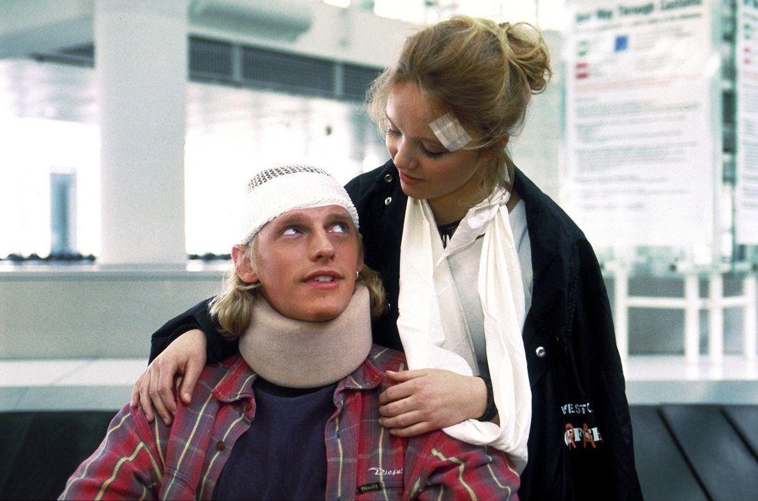 Erleben eine schier endlosen Alptraum im Paradies: Lizzy (Johanna Klante, r.) und Volker (Martin Gruber, l.) ... - Bildquelle: Erika Hauri ProSieben