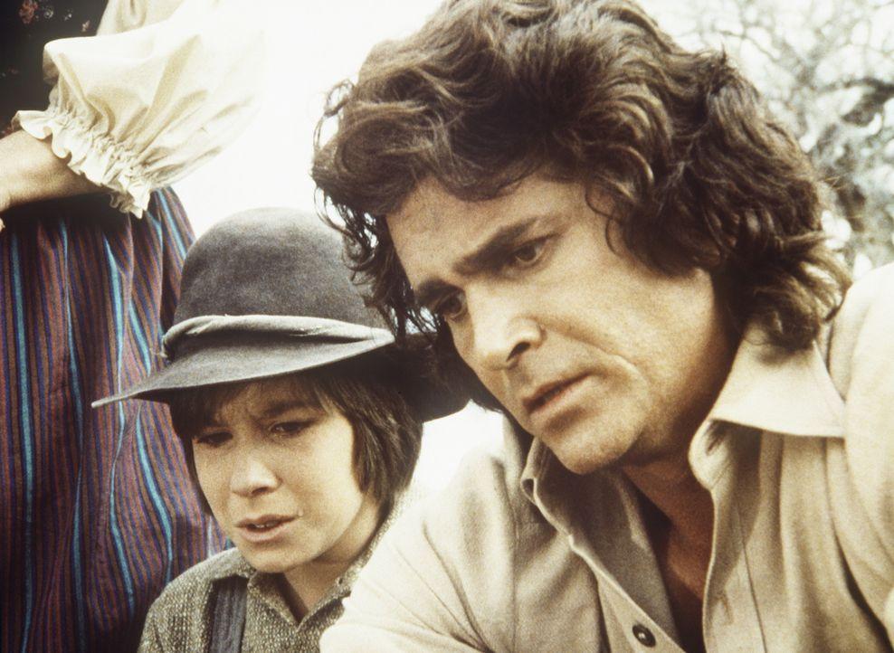 Charles (Michael Landon, r.) und Sam Delano (Steve Shaw, l.) sind niedergeschmettert, weil Sams Vater wegen des Goldes ermordet wurde. - Bildquelle: Worldvision