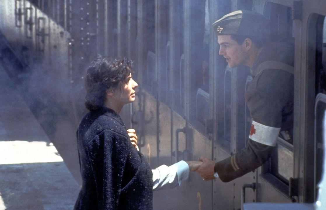 Als seine Verwundung ausgeheilt ist, muss Ernest Hemingway (Chris O'Donnell, r.) zurück an die Front. Traurig lässt er Agnes (Sandra Bullock, l.) zu... - Bildquelle: Warner Bros.