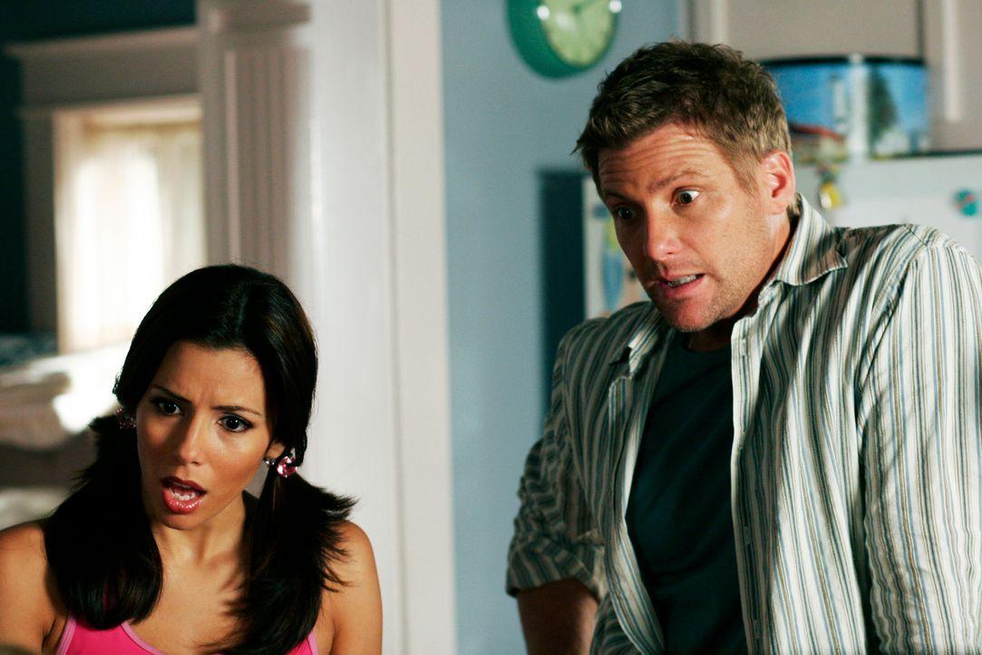 Gabrielle (Eva Longoria, l.) ist entsetzt, als Lynette ihr eine Affäre mit Tom (Doug Savant, r.) unterstellt ... - Bildquelle: 2005 Touchstone Television  All Rights Reserved