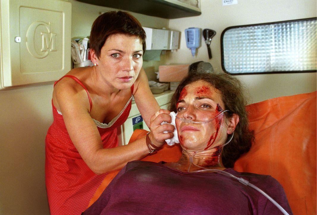Birgit Tietz (Gudrun Tielsch, r.) war mit ihrer kleinen Tochter in dem Eiscafé, in dem eine Bombe explodiert ist. Auch Stephanie (Claudia Schmutzler... - Bildquelle: Noreen Flynn Sat.1