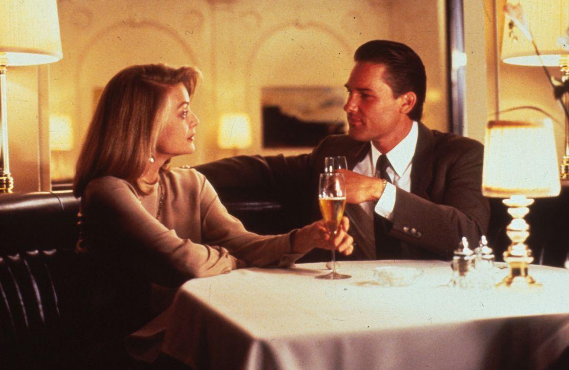 Polizeileutnant Nick Frescia (Kurt Russell, r.) umgarnt die hübsche Restaurantbesitzerin Jo Ann Vallenari (Michelle Pfeiffer, l.) ... - Bildquelle: Warner Bros.