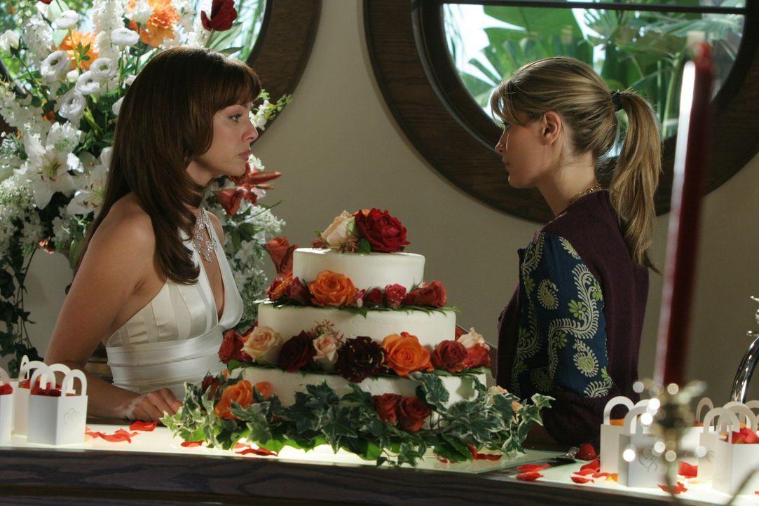 Marissa (Mischa Barton, r.) versucht ihrer Mutter (Melinda Clarke, l.) schonend beizubringen, dass Jimmy nicht zur Trauung erscheinen wird ... - Bildquelle: Warner Bros. Television
