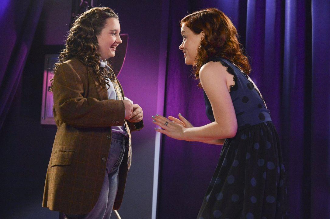 Tessa (Jane Levy, r.) möchte ein Zeichen setzen und nimmt sich der Außenseiterin Alana (Edie Mothersbaugh, l.) an. Sie unterstützt das Mädchen beim... - Bildquelle: Warner Brothers